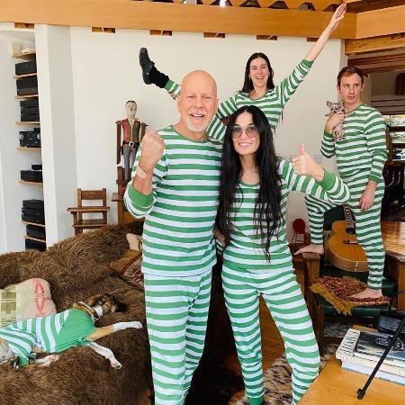 Жена Брюса Уиллиса прокомментировала его карантин с Деми Мур: Скучаю и люблю Самоизоляция 65-летнего Брюса Уиллиса с бывшей женой, 57-летней Деми Мур, и их взрослыми дочерями удивила многих,