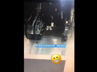 Обувь молодого человека затянуло в эскалатор
