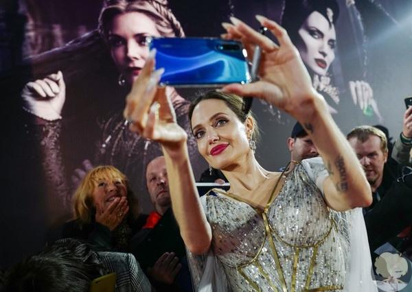 """Анджелина Джоли с четырьмя детьми на премьере """"Малефисенты 2"""" в Лондоне"""