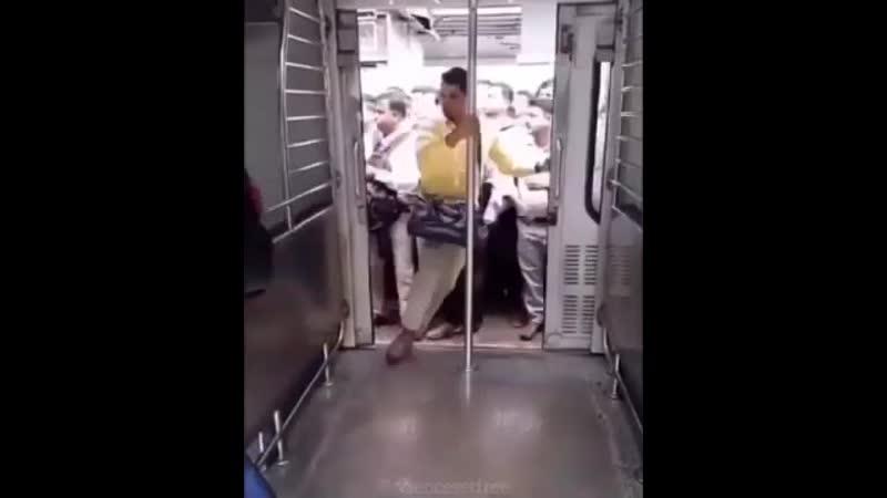 Как заходят в вагон в Индии rfr pf jlzn d dfujy d bylbb