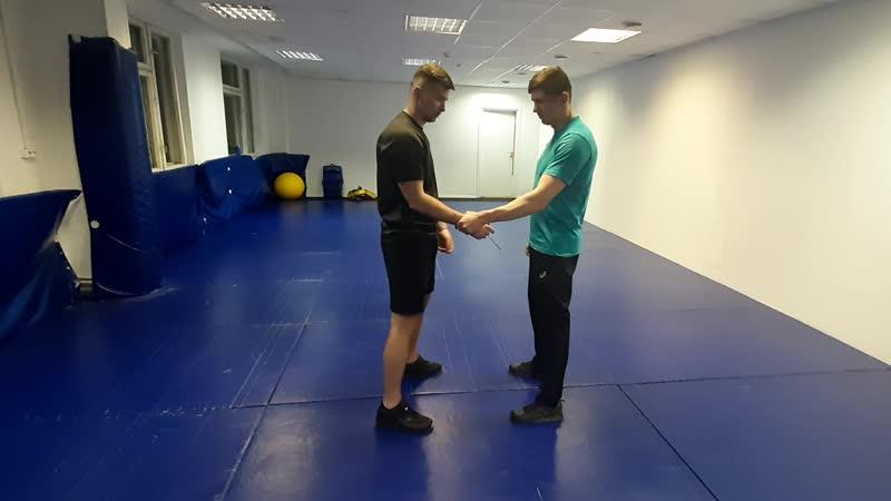 Освобождение от захвата одной рукой с помощью 2-й руки - практика