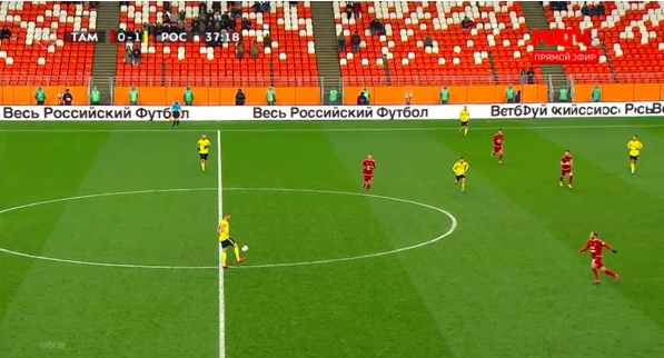 Мы знаем, что за Чистяковым водится не всегда добротная обработка мяча, она произойдет и в этот момент. Мелкадзе в 10 метрах.