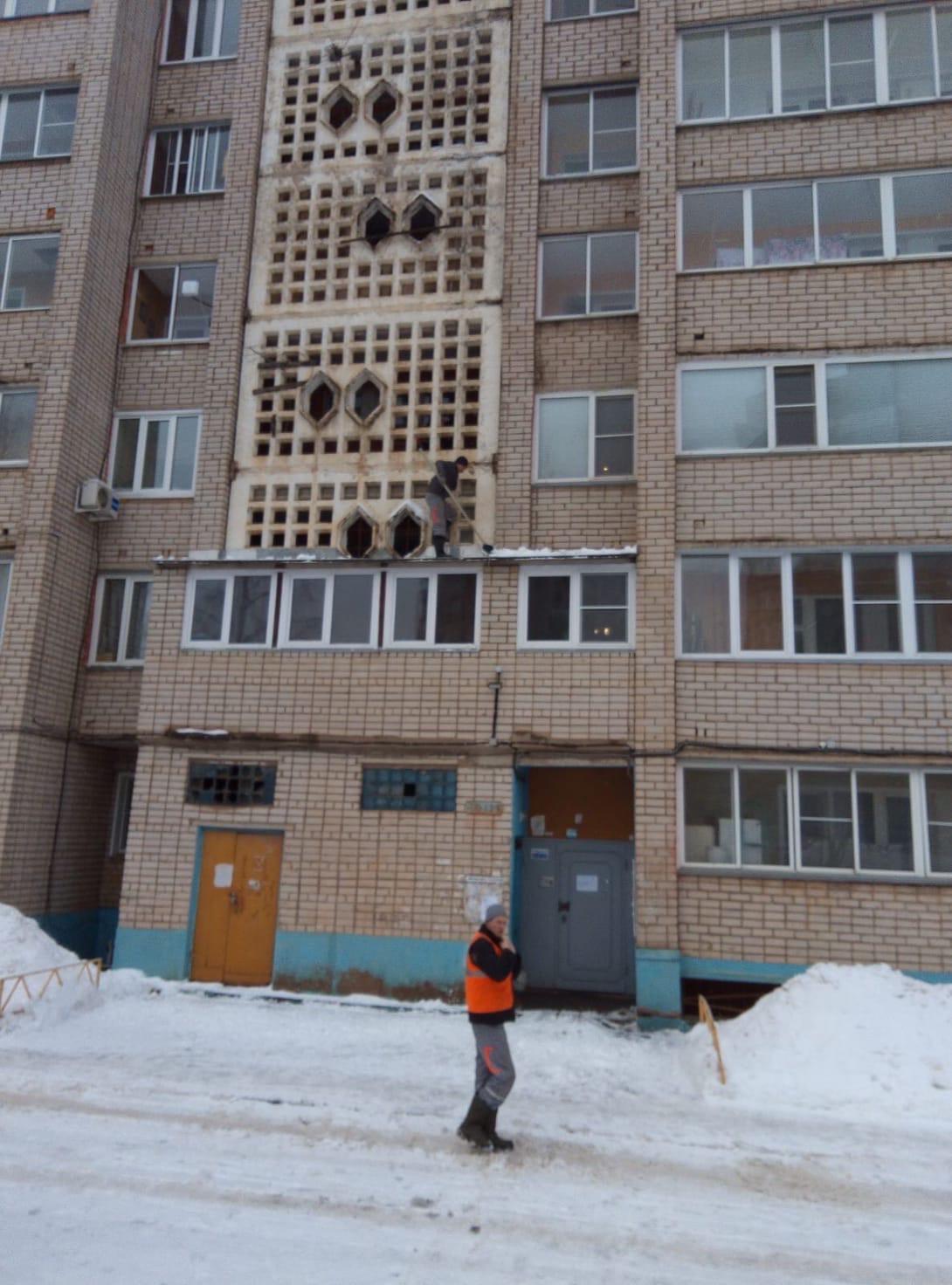 Чистка козырьков улица Упита 13