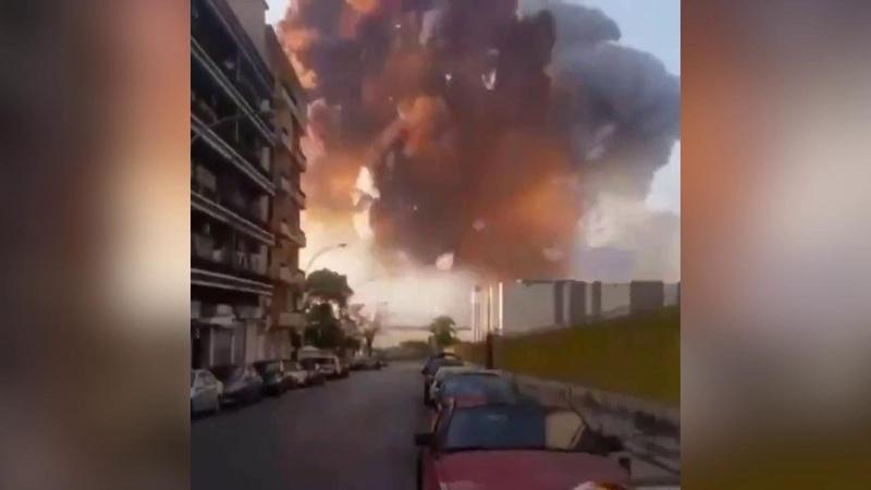 Beirut l'enorme esplosione investe l'uomo che sta girando il video l'onda d'urto in soggettiva