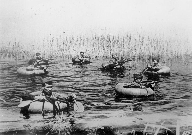 Советские разведчики преодолевают водную преграду. Краснодарский край.