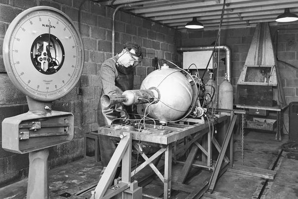 Докосмическая эра Что изображено на фото На черно-белом снимке, сделанном в 1946 году, запечатлена разработка ракетного ускорителя (JATO) инженерами NACA (Национальным консультативным комитетом