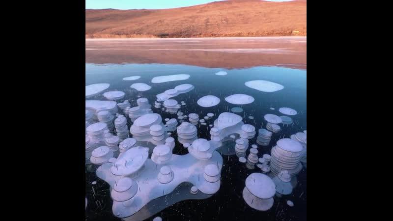 Иркутский фотограф запечатлел метановые пузыри во льду Байкала вблизи Ольхона