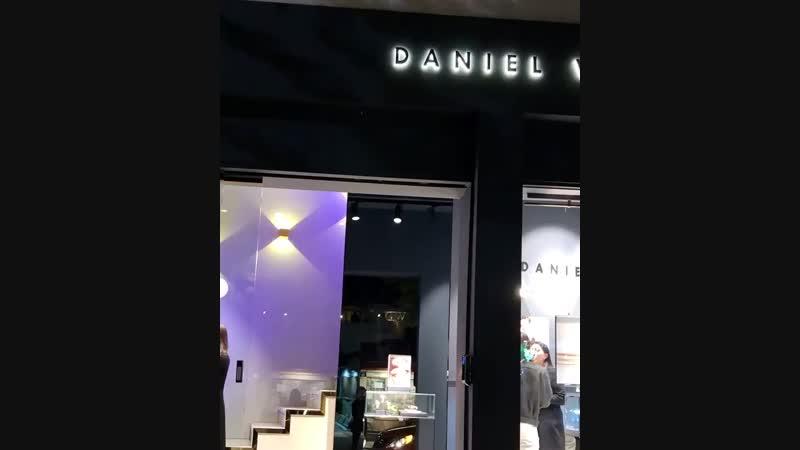 바로 어제, 다니엘웰링턴의 삼청동 플래그십 스토어에 다녀왔습니다🎉하남 스타필드에 이어 국내 두 번째 다니엘웰링턴 매장인데요, 한옥만의 고즈넉한 분위기가 물씬 풍겨 신선하고 매력적인 공간이었답니다💕스탠딩 파티, 셀프 포토존, 캘리그