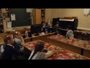 Девочка грает на пианино