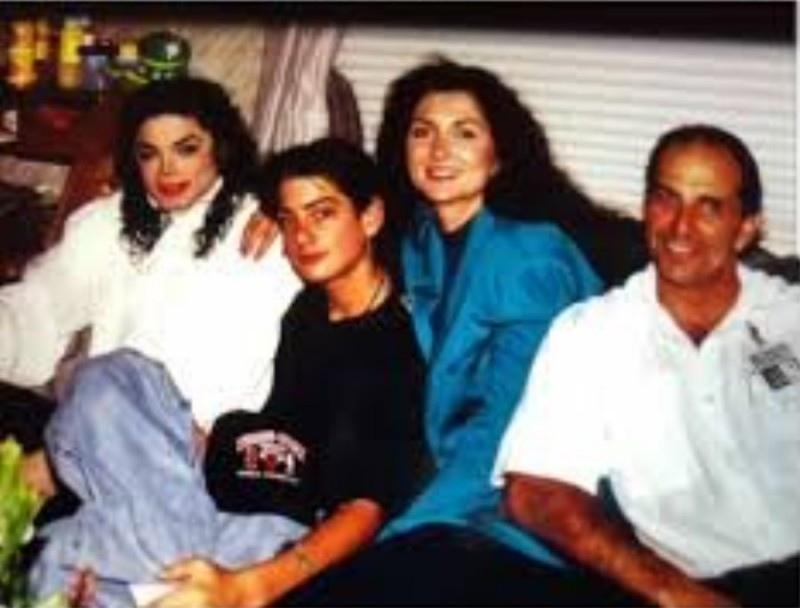 Майкл, 15-летний Джимми и его родители