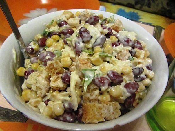 Сытный салат с фасолью, сыром и сухариками