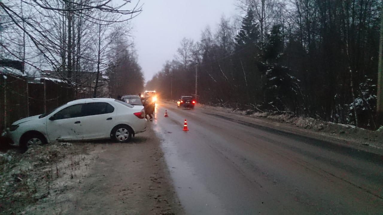 На Борковском шоссе в Кимрах водитель Рено спровоцировал ДТП, пострадали две женщины