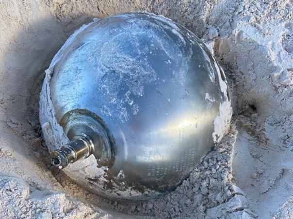На Багамах обнаружили большой металлический шар с надписями на русском языке