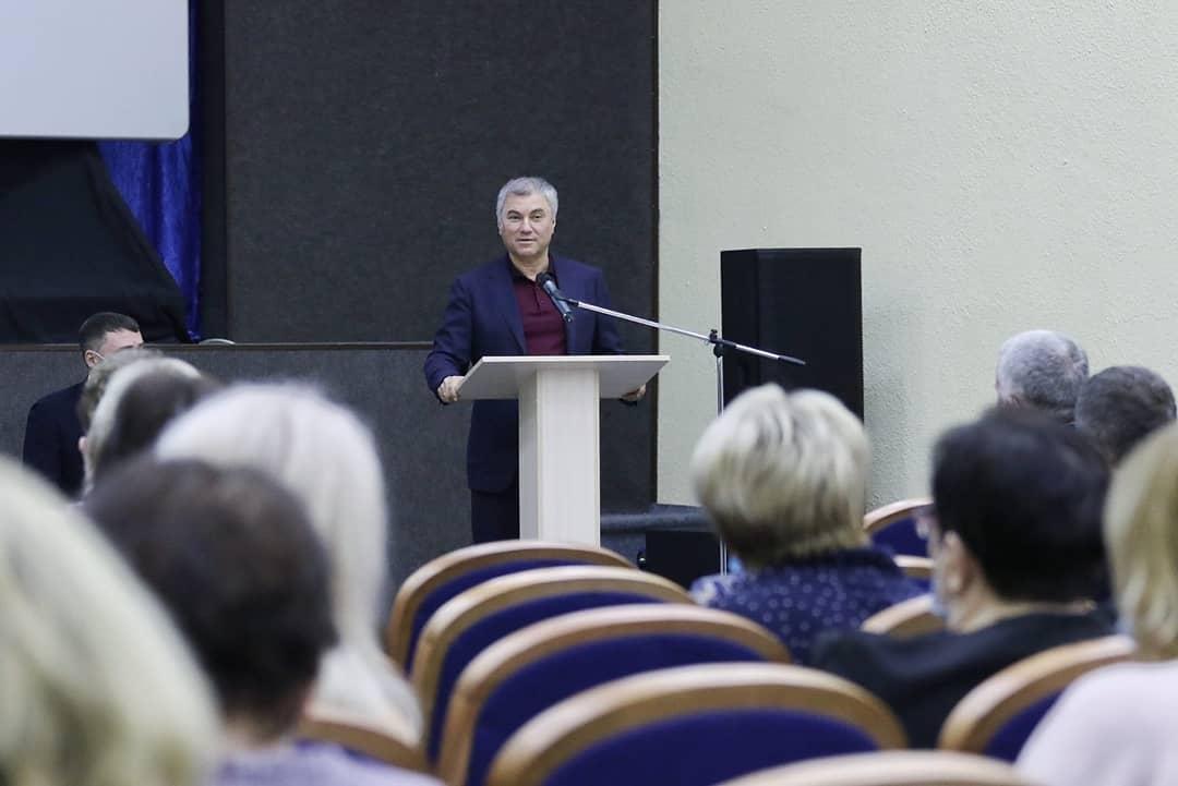 Спикер Госдумы Вячеслав Володин, работающий сегодня в Саратовской области, провёл встречу с представителями родительских комитетов, руководителями детских садов и школ Петровска