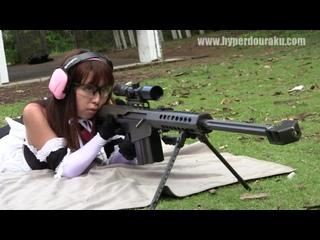 Симпатичная девушка стреляет из противотанкого  оружия (хорошее настроение, стрельба, орудие, винтовка, студентка, азиатка).