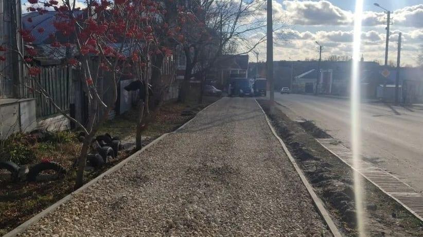 На улицах Петровска продолжаются работы по ремонту и строительству тротуаров