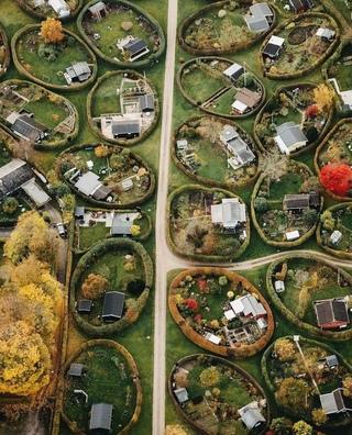 В пригородном районе Копенгагена в Дании находятся одни из самых красивых садовых участков — «круглые сады» (на самом деле они овальные). Это проект знаменитого ландшафтного архитектора Søren Carl Theodor Marius Sørensen 1948 года. 40 овальных садовых участков, каждый размером 25 на 15 метров, были разбиты на холмистом газоне между жилыми домами с одной стороны и более традиционными участками с другой.