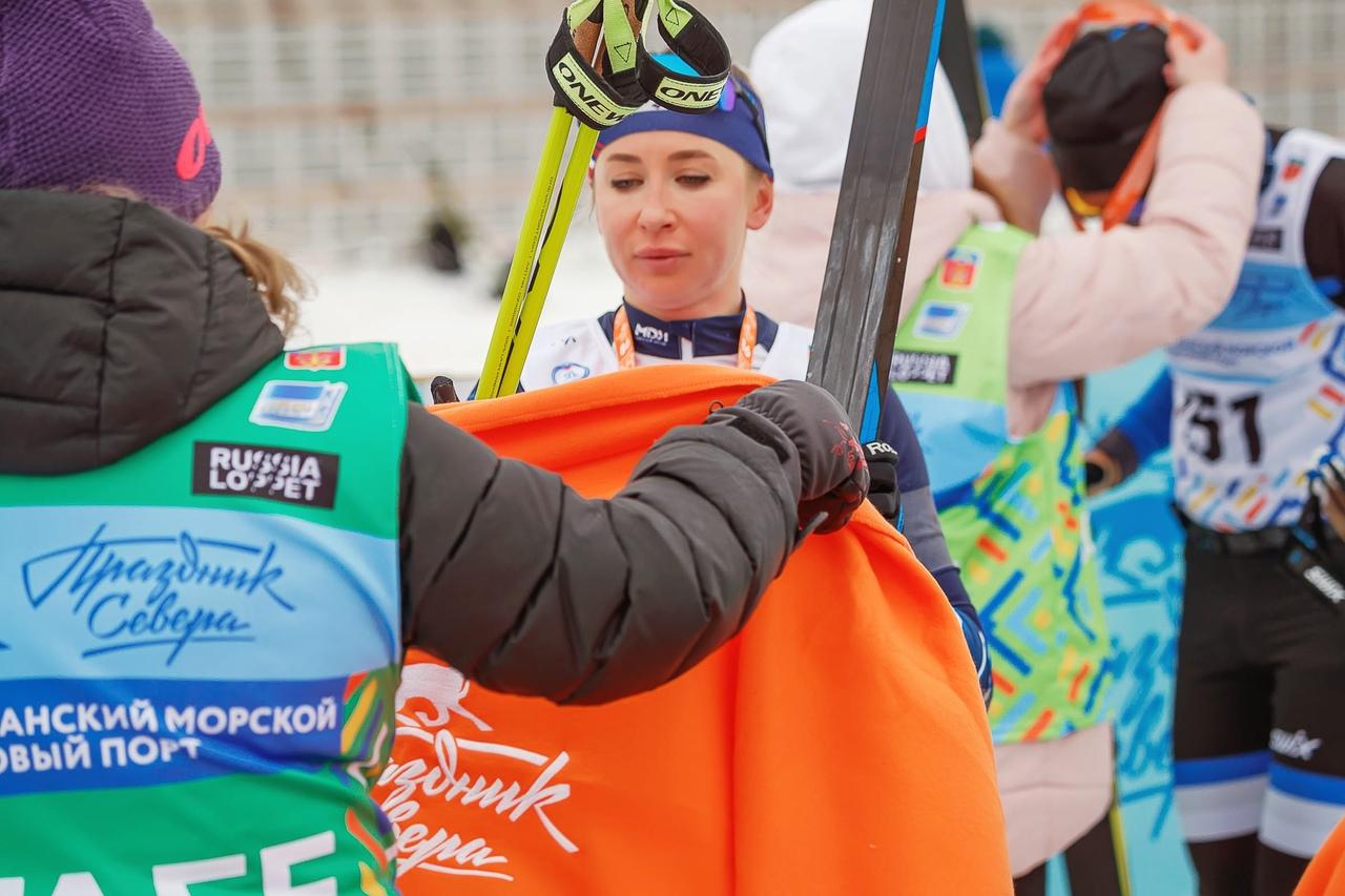 Одной из фишек мурманского марафона, которой я не видел ни на одном другом лыжном марафоне, являются пледы с символикой соревнований, которыми укутывают участников после финиша. И тепло, и прекрасная память о гонке! На фото свой плед получает биатлонистка Екатерина Аввакумова, которая после серебра на полтиннике коньком решилась впервые в жизни преодолеть 50 км классикой!