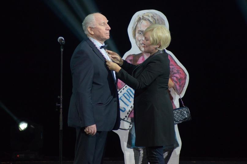Награду актеру Валерию Баринову вручает актриса Галина Бокашевская