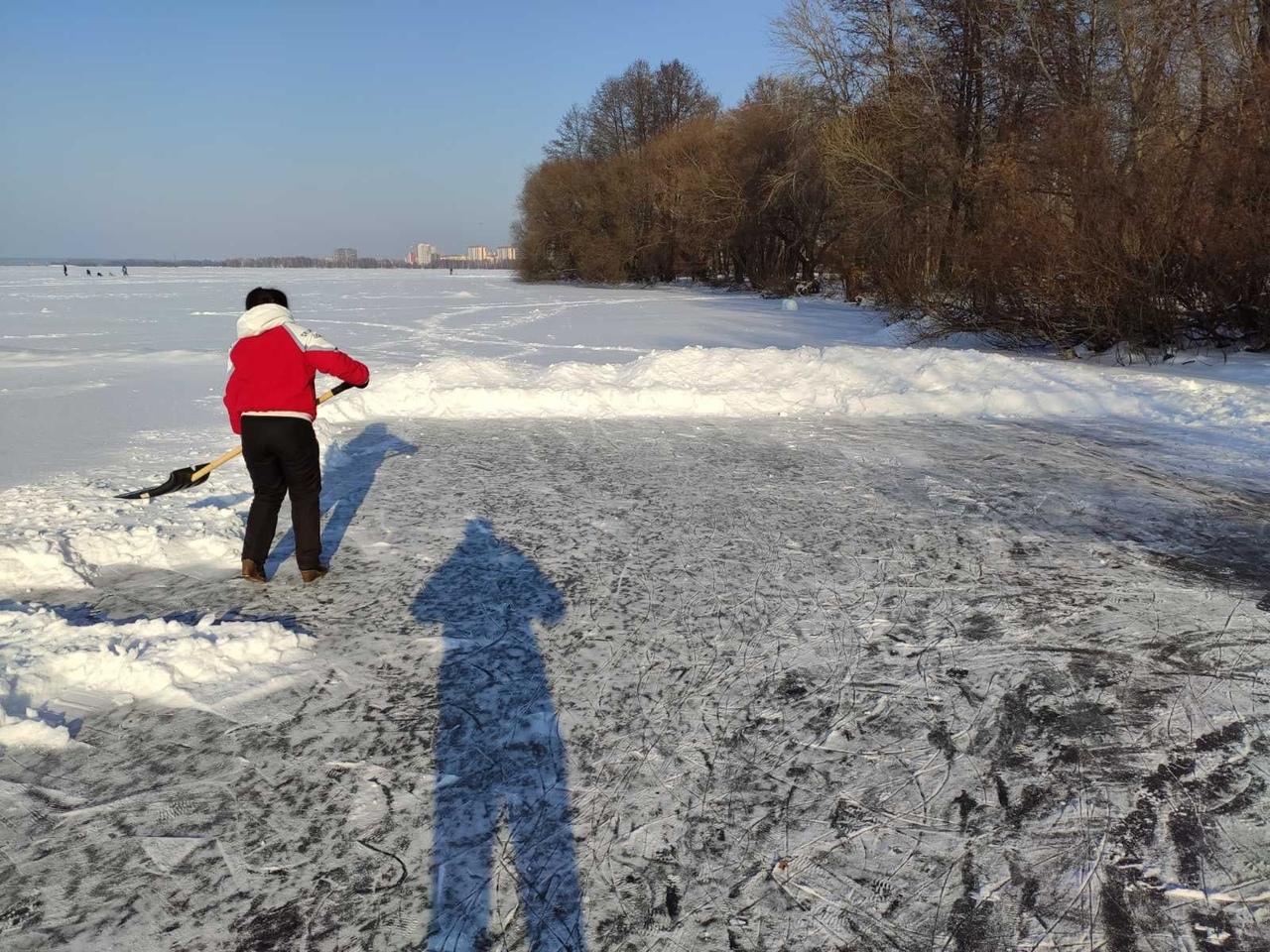 Несмотря на срывавшийся последние два дня снег, на водохранилище рядом с кафе 'У...