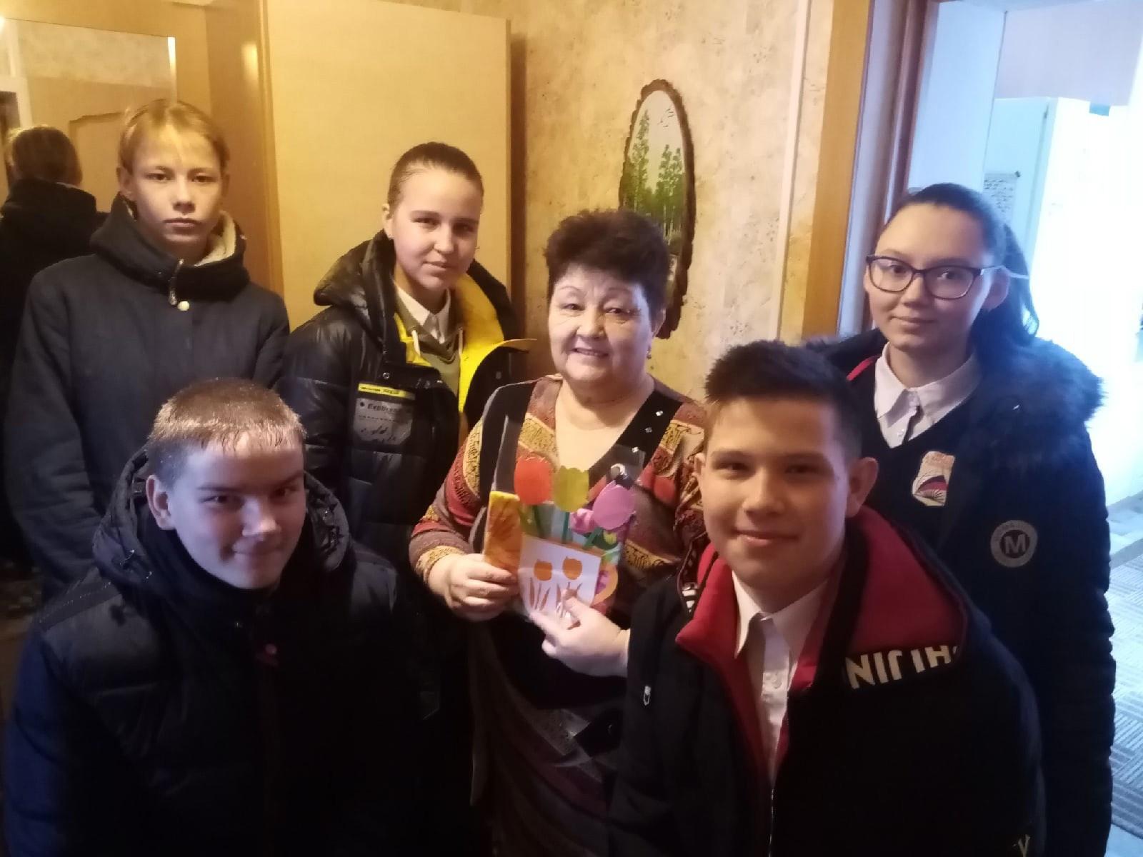 Обучающиеся 8 класса поздравляют Андрееву Н.В.