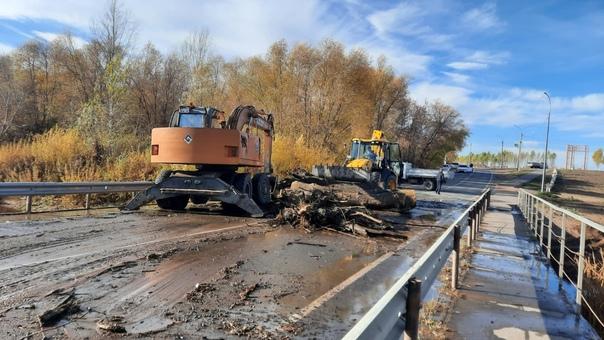 Проводится расчистка русла реки Самара в районе ни...