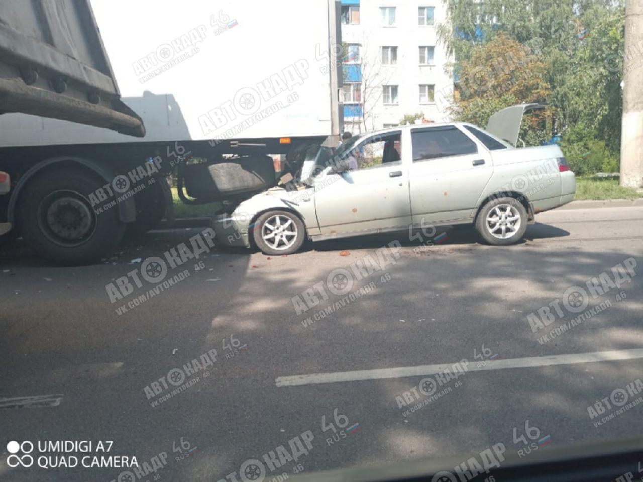 В Курске на Магистральном проезде ВАЗ въехал в грузовик