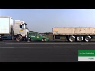 Crash test dekra_ jadący 43 km_h tir najeżdża od tyłu na samochód osobowy