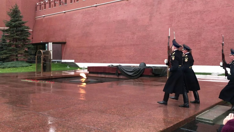 Смена Почётного караула у Вечного огня в Александровском саду