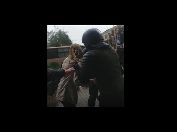 Жесткое задержание девушки сотрудниками МВД в Барановичах второй женщине стало плохо