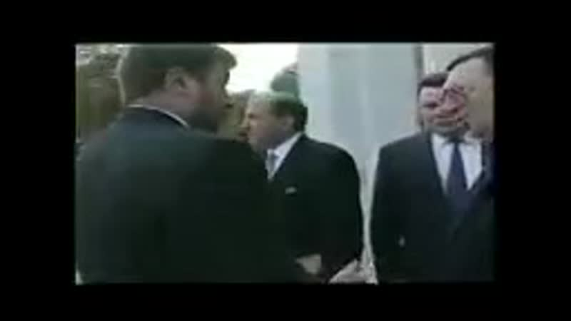 Это видео было снято сразу же после инаугурации Б Ельцина 9 августа 1996 года В Грозном идут бои а им смешно