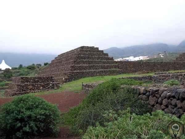 Канары - древний осколок Атлантиды На Канарских островах, оказывается, тоже есть пирамиды. Такие же ступенчатые, как шумерские зиккураты и древние пирамиды в Перу и Мексике. Интересным также