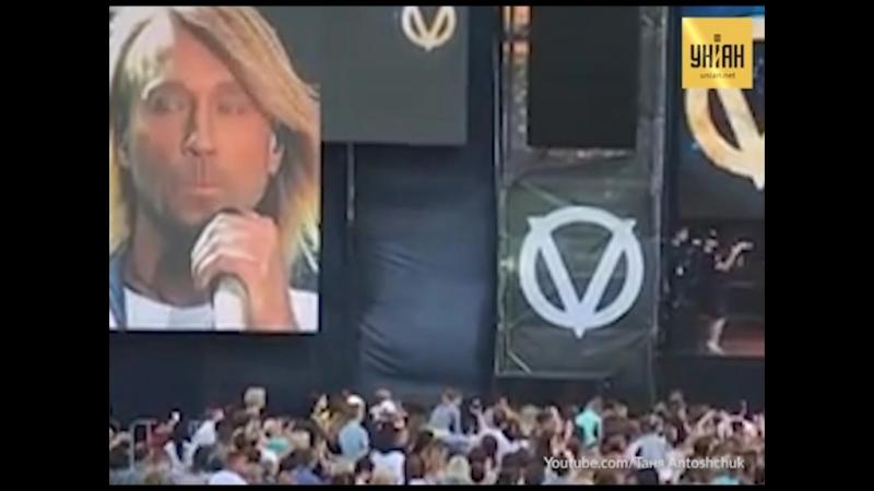 Олег Винник розповів на концерті про хвору матір і закінчив словами Їдемо далі