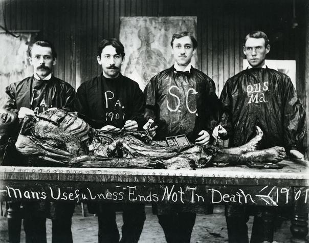 Учащиеся медицинской школы и объект их изучения в 1901 году Это не подделка: эти студенты-медики действительно позируют с человеческими