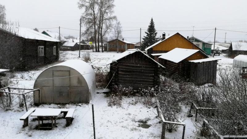 Вторым снегом республика КОМИ!Стоит болтает около окна Вася Попов.Кино Вась.